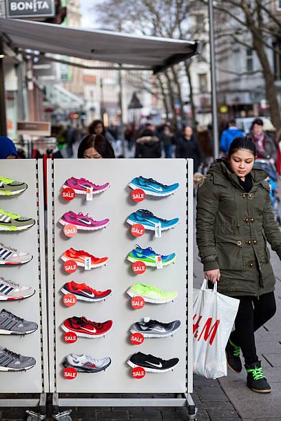 sports schuhe sale - nike sneaker weiß stock-fotos und bilder