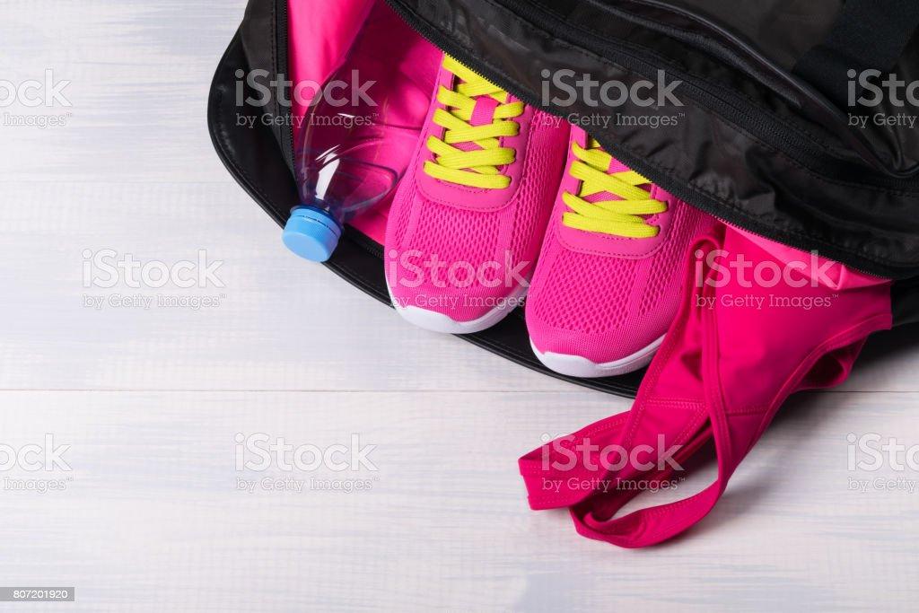 Deportes rosa color para los deportes en una bolsa en un fondo claro - foto de stock
