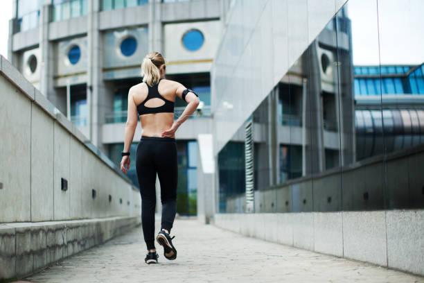 entrenamiento deportivo - masaje deportivo fotografías e imágenes de stock