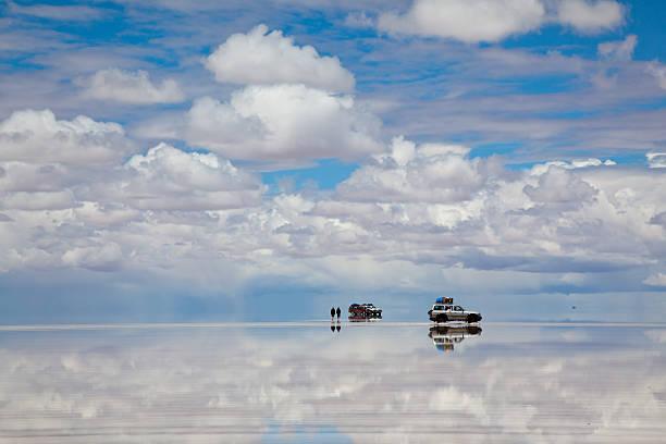 suv auto im salar de uyuni, bolivien - regenzeit stock-fotos und bilder