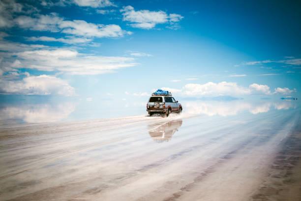 スポーツ用多目的車の車を、ボリビアウユニ塩湖 - 南米旅行 ストックフォトと画像