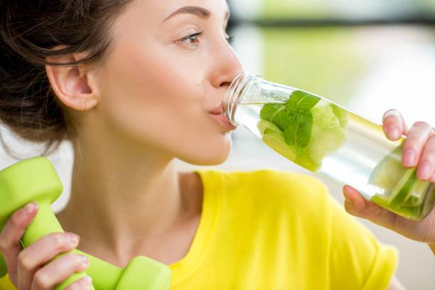 sports woman drinking water - wasser trinken abnehmen stock-fotos und bilder