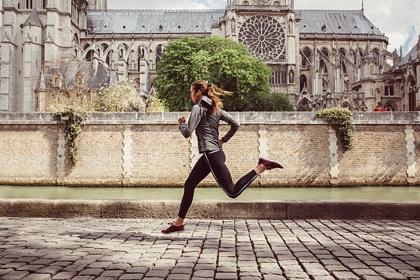Mujer deportiva trotar en París - foto de stock