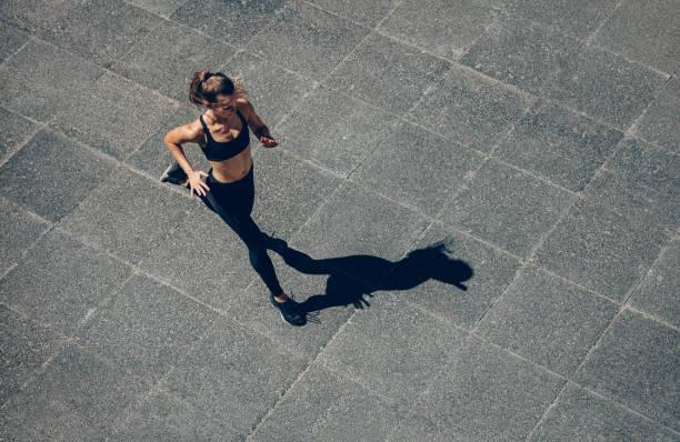 sports woman on morning run - corsa su pista femminile foto e immagini stock