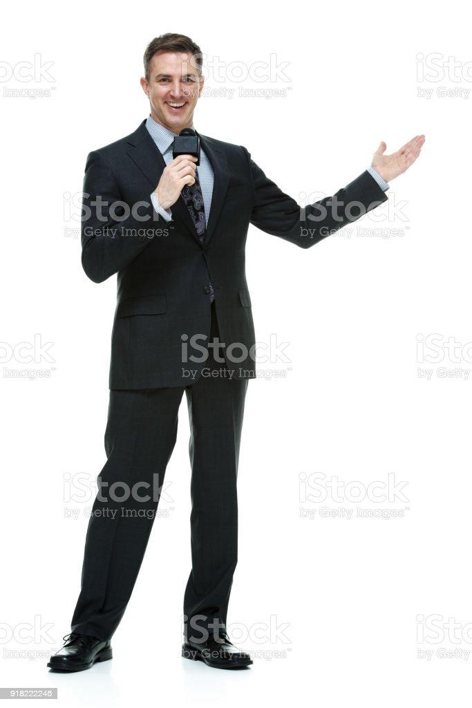 Hablando con el micrófono de comentarista deportivo - foto de stock