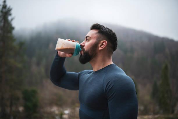 sportowiec picie białka na zewnątrz - białko zdjęcia i obrazy z banku zdjęć