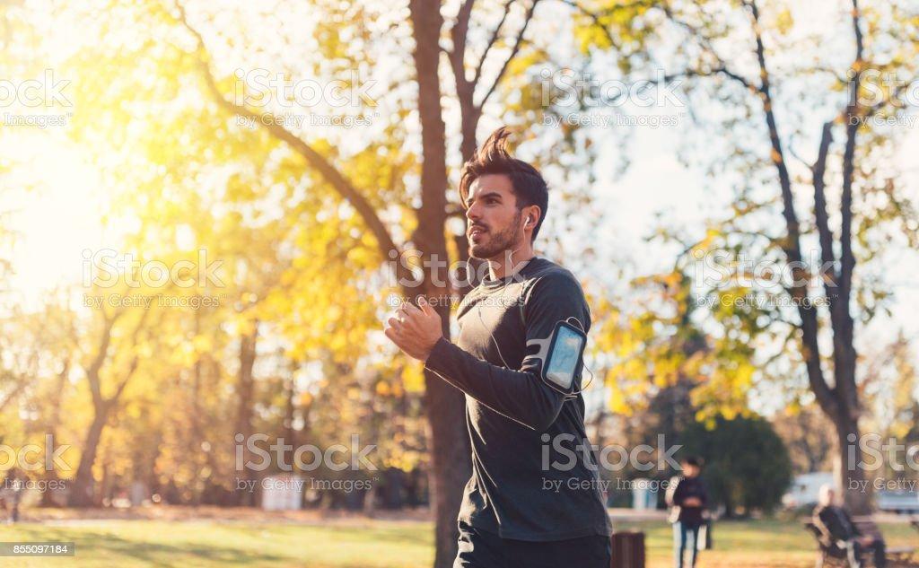 Sportler im Herbst Park Joggen – Foto