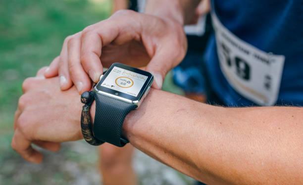 Sportler auf der Suche nach einer Smartwatch – Foto