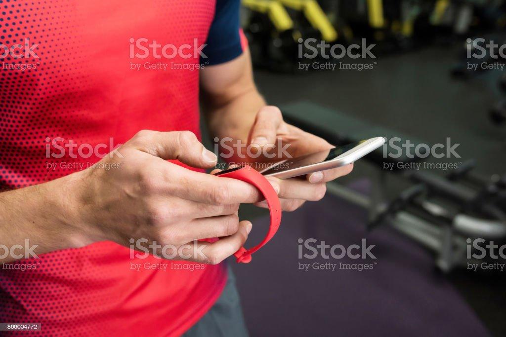 Sportler mit Fitness-Gerät im Fitness-Studio – Foto