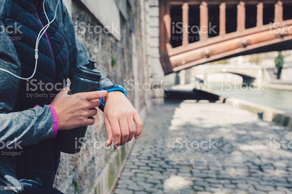 Sportlerin, die Überprüfung der Puls auf smart-watch – Foto