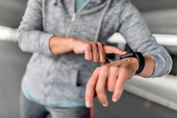 """sur smartwatch adeptes des activités de l """" enregistrement - chrono sport photos et images de collection"""