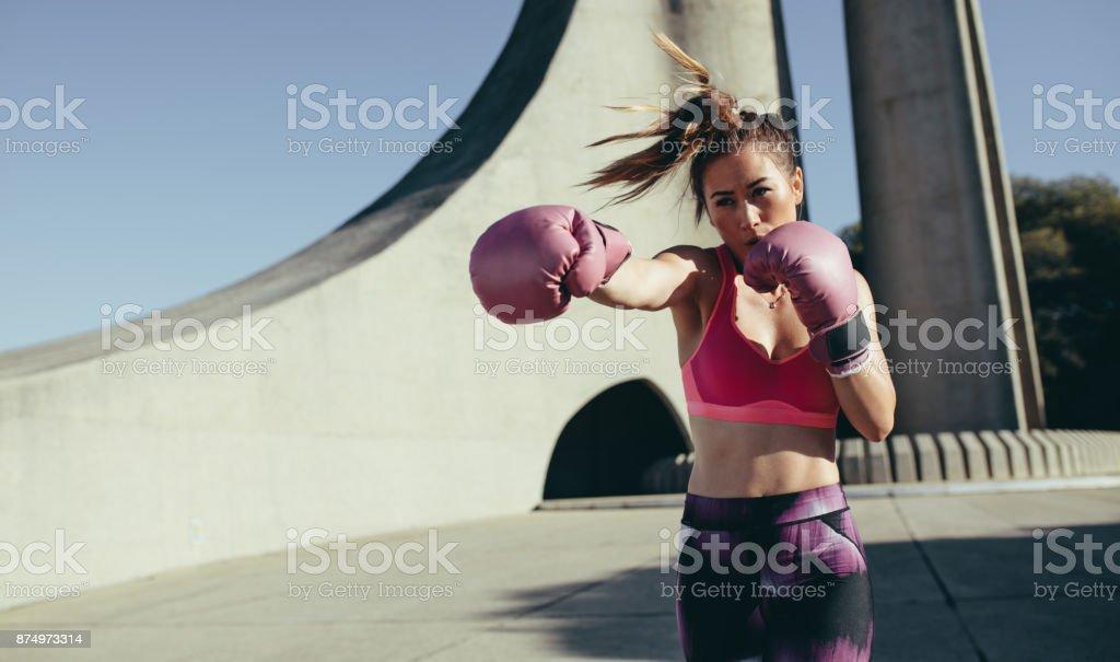 Sportlerin, die Boxen arbeiten im Freien zu tun – Foto
