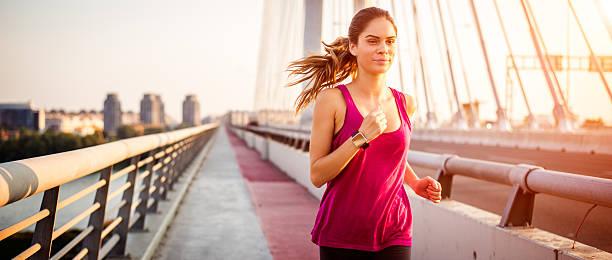 desporto de jogging na manhã durante - young woman running city imagens e fotografias de stock