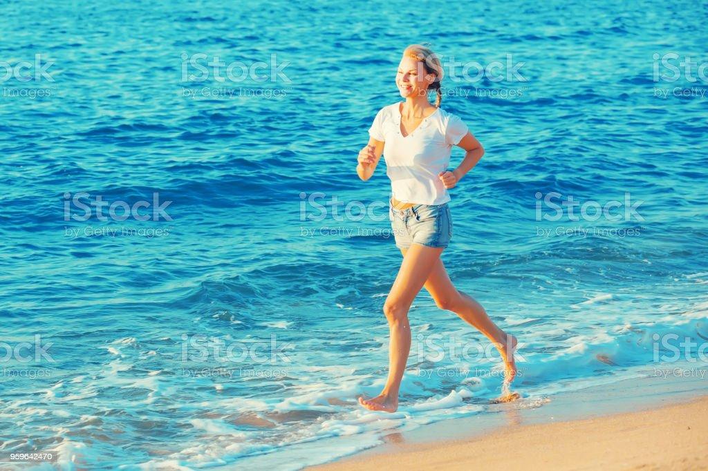 Deportista es trotar en la playa - Foto de stock de Adulto libre de derechos