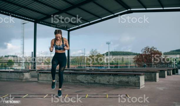 Sportlerin Springt Auf Einer Agilitätsleiter Stockfoto und mehr Bilder von Aktiver Lebensstil