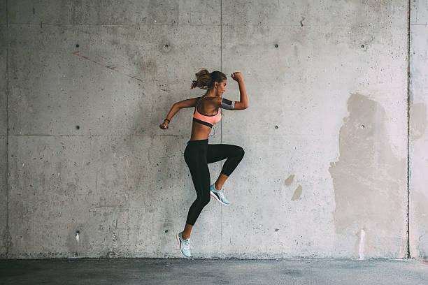 sportlerin, springen - konzentrationsübungen stock-fotos und bilder