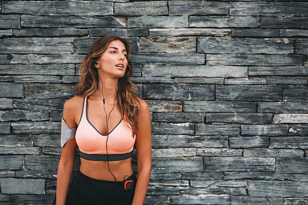 sportswoman resting - trainingsplan frauen stock-fotos und bilder
