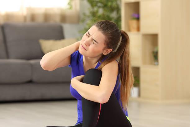 sportlerin leiden hals schmerz zu hause - hals übungen stock-fotos und bilder