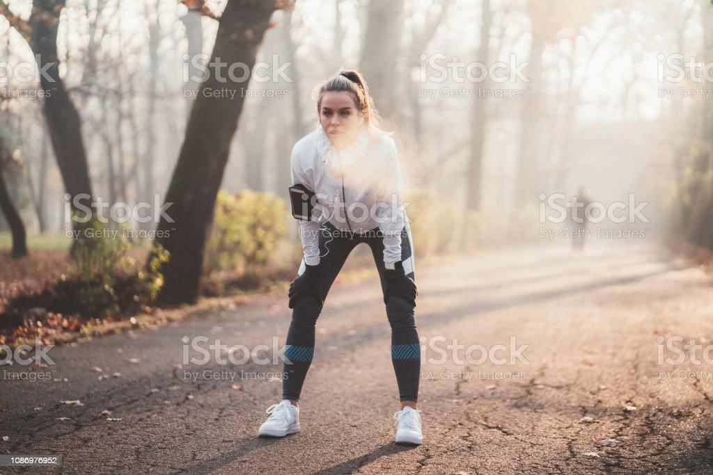 Sportlerin durchatmen nach dem Joggen - Lizenzfrei Abnehmen Stock-Foto