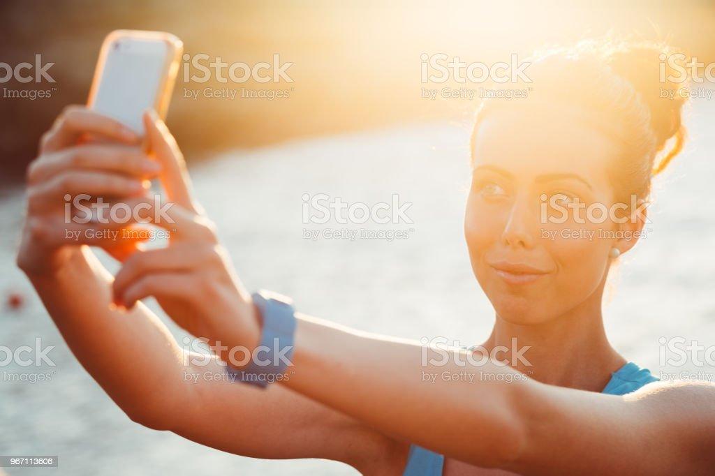 Sportlerin unter Selfie am Strand – Foto
