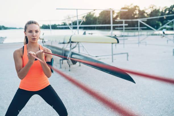 training mit einem widerstand band sportlerin - armband i gummi stock-fotos und bilder