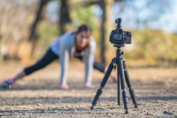 sportlerin vlogs ihre sport-routine - yoga videos online stock-fotos und bilder