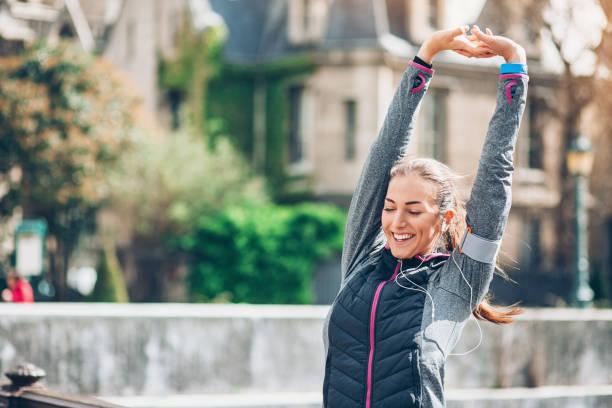 sportlerin aufwärmen - französisch übungen stock-fotos und bilder