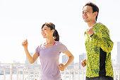 ジョギングしているスポーティなアジア人