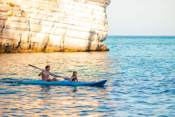 Sportlich attraktive Serviersport auf dem Meer zusammen – Foto