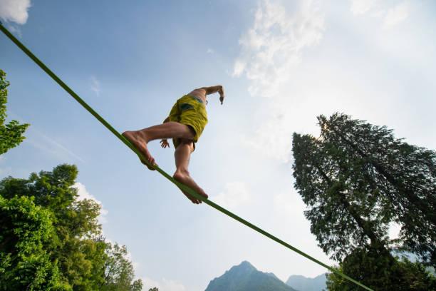Sportlicher Junge übt am Seil – Foto