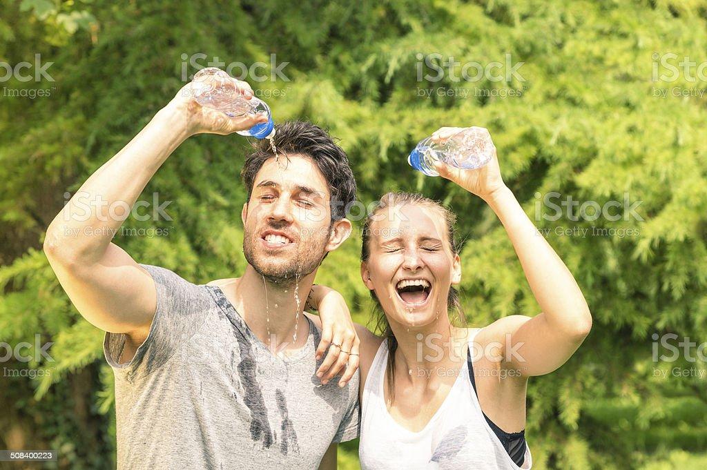 Sportliche paar erfrischende mit kaltem Wasser nach dem Lauf training - Lizenzfrei Athlet Stock-Foto