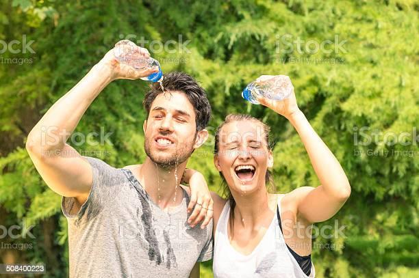 Sportliche Paar Erfrischende Mit Kaltem Wasser Nach Dem Lauf Training Stockfoto und mehr Bilder von Athlet