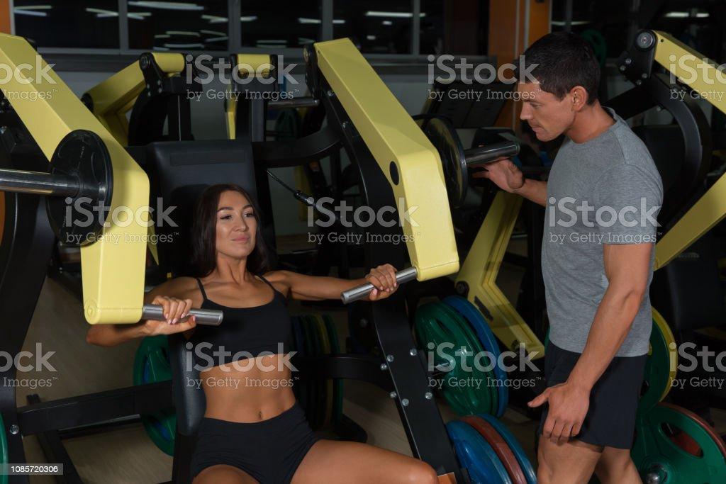 Sportliches paar Züge auf Heimtrainer im Fitness-Studio – Foto