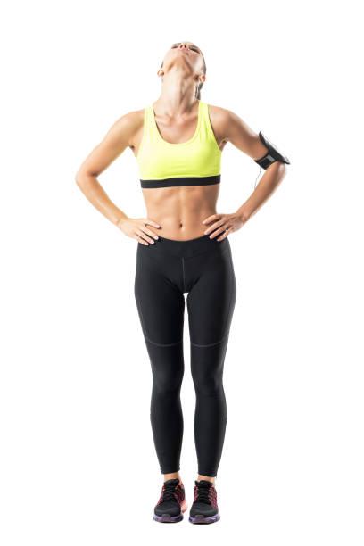 sportliche frauen jogger dehnung der nackenmuskulatur mit kopf unter dem titel zurück - hals übungen stock-fotos und bilder
