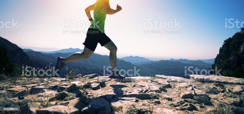 sportliche Fitness Frau Läufer laufen auf Berggipfel – Foto