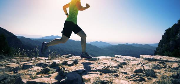 corredor de mujer deportivo fitness en cima de la montaña - trail running fotografías e imágenes de stock