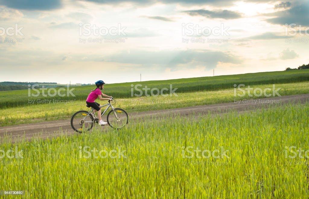 Sportliches Girl Mit Fahrrad Im Grünen Bereich Stock Fotografie Und