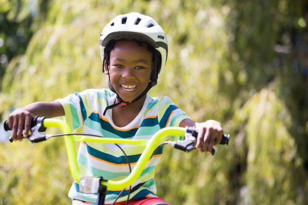 ein sportliches kind fahrrad fahren - kinderfahrrad stock-fotos und bilder