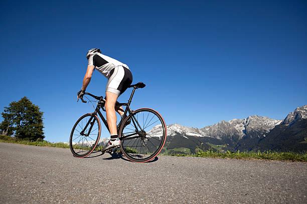 Sportlichen Mann auf Rennrad – Foto