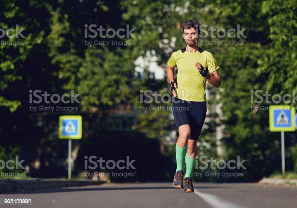 스포티 한 남자가 거리를 통해 실행 거리에 대한 스톡 사진 및 기타 이미지