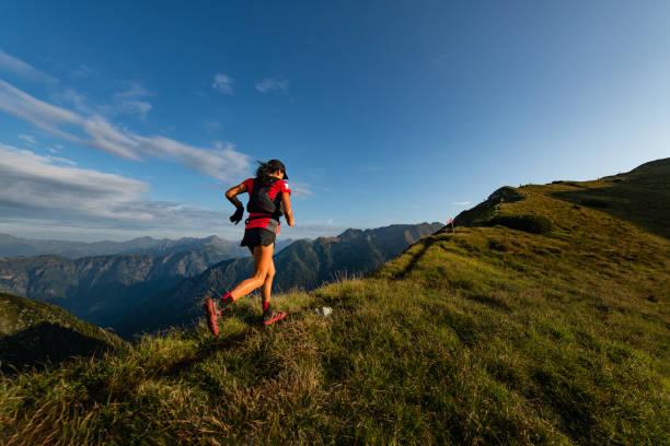 Sportliche Bergfrau reitet auf Dempass auf Dempass – Foto