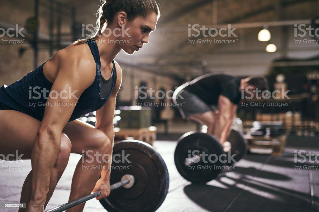Sportifs plient les genoux avant l'exercice photo libre de droits