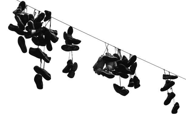 sportliche schuhe hängen, elektrischer draht - kabelschuhe stock-fotos und bilder