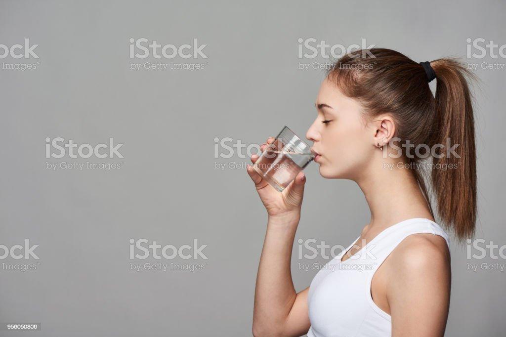 Sportliches Teengirl Trinkwasser – Foto