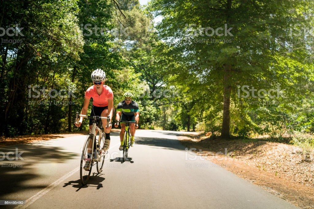 Sportliche Frau und Mann auf Fahrrädern unterwegs – Foto