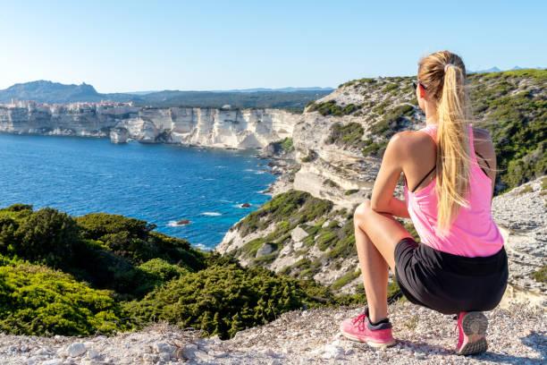 femme sportive à falaises à bonifacio - randonnée corse photos et images de collection