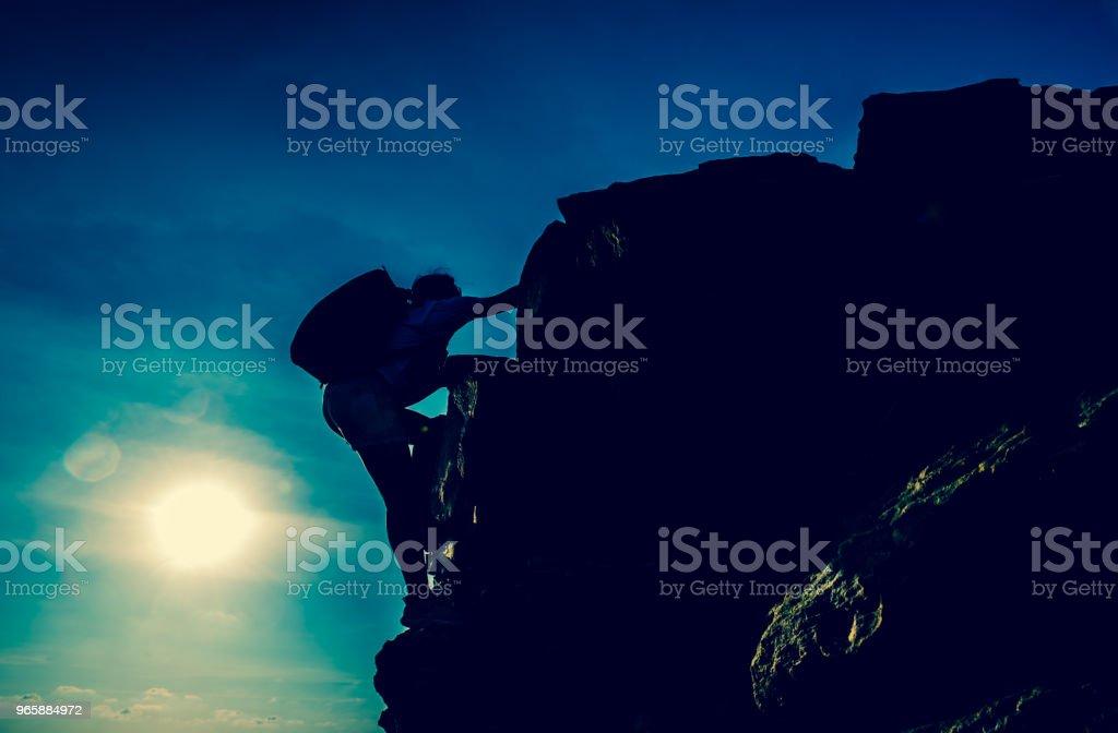 Sportieve vrouw klimmen op de klif. Succes en doel concept. Sterk en gezond voor outdoor activiteit. - Royalty-free Activiteit Stockfoto