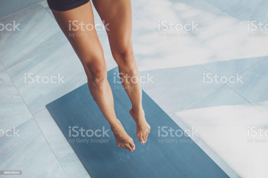 Sportliche Frau, trainieren im Fitnessraum – Foto