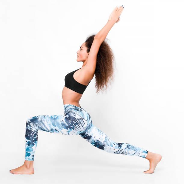 sportliche frau yoga machen - yoga positionen stock-fotos und bilder
