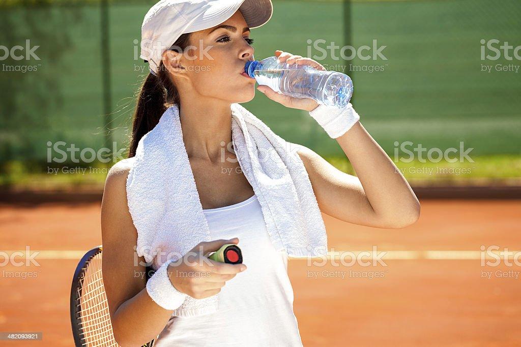 Sportliche Frau trinkt Wasser – Foto